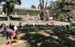 Cours au jardin public à côté du centre ysananda yoga à bordeaux