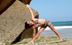 Posture du triangle par Isabelle Daverat-Pettineo, centre Ysananda Yoga à Bordeaux