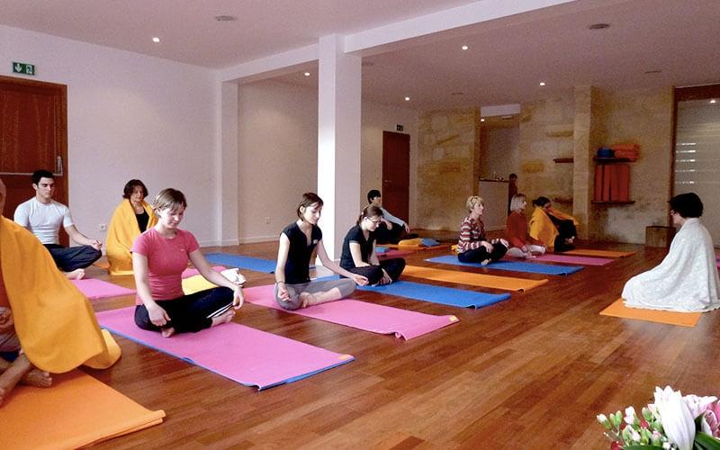Venez nous découvrir et pratiquer un yoga holistique dans la pure tradition  indienne pour cultiver forme et bien-être et vous reconnecter à vous même. 49b28fd8a64